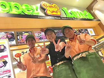 【店舗Staff】★バイト・パートデビュー大歓迎★カウンターでの料理の提供など◎はじめは先輩と一緒に作業♪カンタンなのでスグ慣れます!
