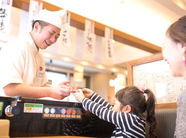 """寿司店の顔として働ける""""レアバイト""""に挑戦しませんか?新しいバイト仲間ができたり、コミュ力がUPしたり交友関係も広がります♪"""