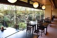 緑豊かな日本庭園を眺めながらお食事が楽しめる『あじさい』では、鎌倉野菜や鎌倉近郊で取れた魚の幸を提供しています。
