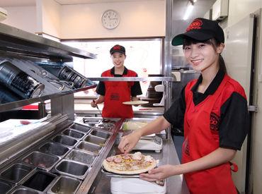 サクサク楽しくピザ作り◎ 作り方などの研修もあるので、未経験の方もご安心を! 料理が苦手なスタッフも大活躍しています♪