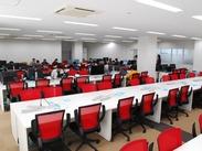 10月に移転したばかり★赤と白を基調としたオフィスです*私服OKなので、リラックスしながら働けます。