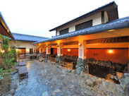 開放的で本格的な天然露天風呂…*寒い冬こそ、温泉で心もカラダもぽかぽかになっちゃいましょう!