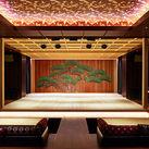 お店の中央の江戸時代から受け継がれる能舞台では、本物の伝統芸能が毎日演じられます!