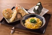 コシのあるうどんは、揚げたて天ぷらとの相性バツグン♪働きながら、自然と調理できるようになりますよ!スタッフ割引もあり★
