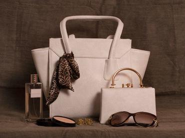 知的でエレガントな大人の女性/男性をイメージしバッグを中心にウエア、シューズ、時計、フレグランスなど※画像はイメージ