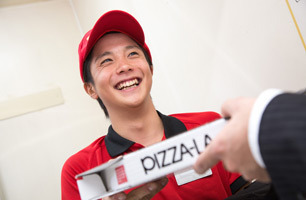 ◎デリバリーピザでおなじみのピザーラで一緒に働きませんか?◆給与前払い制度有(稼働分/日払い)※規定有