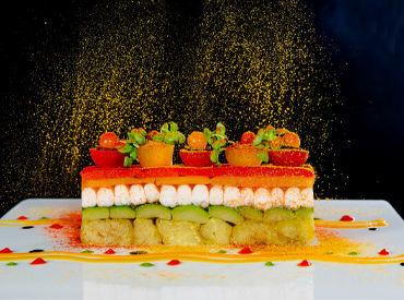特別なハレ舞台に映える、オシャレな創作料理の数々。 慣れてくればシェフ達と一緒に華麗な盛り付けもできるように◎