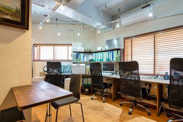 ≪オシャレなオフィスで働けます!≫ 壁紙や照明、机などの質感にもこだわった 自慢のオフィスです♪