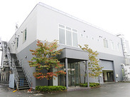 本社・プレス工場。新しくて綺麗な建物です!自転車通勤もOK!1.5km以上の方には通勤手当を支給します◎