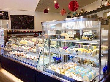 キラキラのスイーツに囲まれて** [宝石のようなケーキ]や [フランスのかおり漂うクッキー]etc... をお客さまにお届け☆