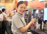 夏でも快適なカフェバイト!! 駅直結の当店では、ビジネス・観光のお客様・ご高齢の方…様々な方への接客を学べます。