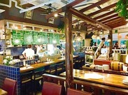 南国のCafeみたい♪ 大きな窓が特徴的な開放感のある店内にはウッド調の家具や天井にファンがあり南国で働いているみたい♪