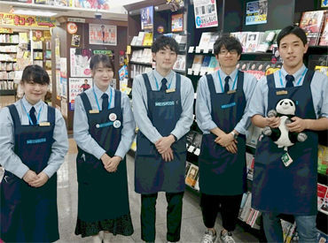 好きなものに囲まれて働けます☆お店のメンバーはみんな本好きなので、オススメを聞くのも楽しい♪