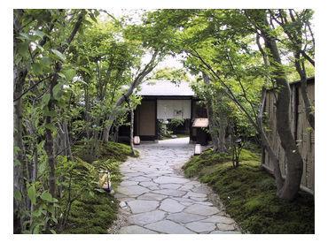 ≪緑に囲まれた空間でお仕事◎≫ お客さまが気持ちよくご来店できるよう、 お庭のお手入れをお願いします♪