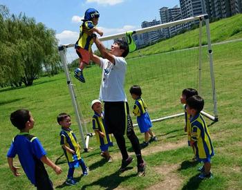 【サッカー教室アシスタント】\勤務地は都内に100以上!/【資格不要】&【未経験OK】子どもたちにスポーツの楽しさを教えるお仕事です♪