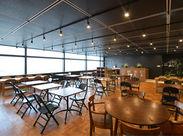 オフィスにオシャレなカフェスペースあり! 打ち合わせやちょっとした休憩など… みんなで使用しています♪♪
