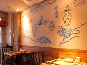 \壁に描かれた絵がオシャレな空間を演出/ #スタイリッシュなデザインのお店 #有名なグルメガイドに掲載実績も
