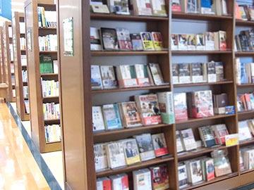 【書籍・文具販売スタッフ】\落ち着いた雰囲気のオシャレな店内/品揃え豊富だから気になる本が見つかるかも!漫画も雑誌も文具も社員割引価格で購入OK♪