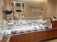 季節のガーデンティーやケーキが人気の当店。ショーケースに並ぶケーキの数々は、見ているだけでも幸せなキモチに♪