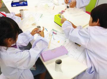 白衣をきて実験を行います◆ 「先生、できた~!」 「先生、これどうやるの?」 子どもの笑顔が飛びかう楽しい教室です♪