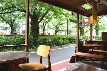緑を眺めながらのコーヒーやビールは最高! 自家製ドリンクや手作りの定食も人気☆ スタッフは仲良く、安心して働けるお店です。