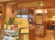 木のぬくもりを感じる店内*゜ 落ち着く雰囲気の中で働こう! 人気の麦とろはもちろん甘味も絶品★ 嬉しい、まかない付です◎