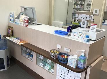 このカウンターでお仕事します★ 現在、薬剤師2名、事務スタッフ2名♪ 家事と両立しながら働きやすい!副業もしやすい薬局です◎