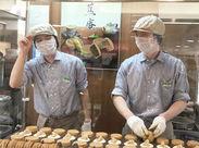 右が店長の三橋さん♪ 焼き手の方も面白く、みんなにこやかにお仕事しています◎ 興味のある方は今川焼の焼き方もお教えします☆