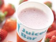 フレッシュなフルーツを搾ったジュースが大人気★ かわいい『ジューサーバー』のお店で働こう♪♪