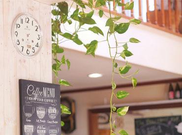 【カフェスタッフ】♪【時給900円+交通費300円】朝&昼ごはんがメインのカフェです♪\6:00~17:00の間で5h~/<制服貸与で私服出勤OK♪>