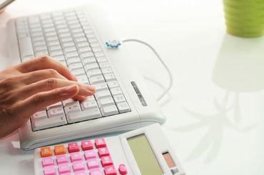 【事務スタッフ】━━ 事務のお仕事は初めて…そんな方も問題なく活躍できます★ローマ字や数字入力ができればOK!慣れると簡単なお仕事です♪