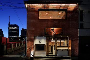 カウンターを設置した店内は古き良き日本の雰囲気を漂わせながらもスタイリッシュな設計になっています。