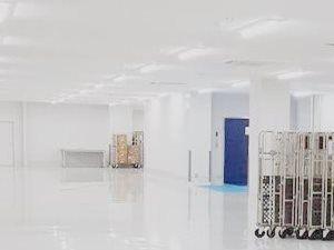 倉庫内は明るく作業がしやすい空間です! この中をロボットが動いています!  新設の倉庫なので、キレイで明るい倉庫です!