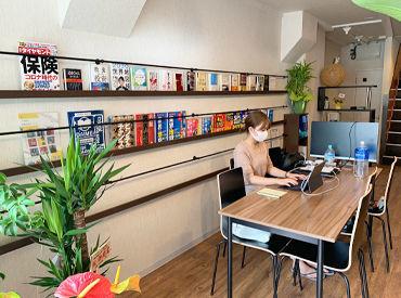 オフィスはカフェみたいな落ち着いた雰囲気♪ 無線LAN・パソコンはもちろん、 ビジネス書・自己啓発本なども完備しています◎