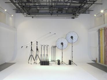 【スタジオマン(男女)/カメラアシスタント】★まずはスタッフのお手伝いから!!★スタジオづくり、ライティングetc…撮影に関わる幅広い技術が身につく♪