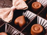 バレンタインならではの可愛いチョコやスイーツに囲まれてお仕事♪。* この時期ならではの短期募集◎ 星ヶ丘店でも同時募集中★