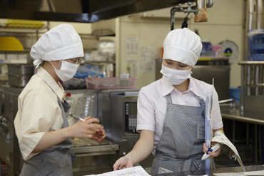 【調理補助】幅広い年齢層の男女多数活躍中!作業はカンタン!スグ始められる!お料理の盛付け、配膳、洗い場での作業など◎
