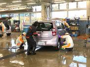 洗車=屋外のイメージがあるかもしれませんが、洗車ラインでのお仕事なので、ご覧の通り「室内」勤務♪寒い冬でもあったか~い♪