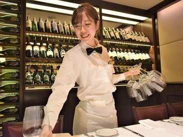 高級な食材やワインに触れる機会もあります! お客様との距離も近く、自然と会話も弾み…楽しみながら働けますよ♪