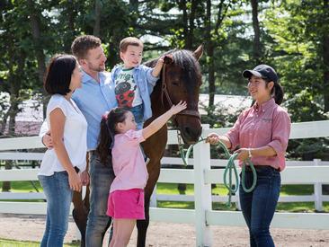 【サービスSTAFF】\春START!/家族連れに人気の【馬のテーマパーク】でレストランスタッフを大募集♪ぽかぽか陽気の自然の中で楽しくおしごと!