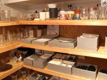 オフィスには、実際の商品が並んでいるコーナーも◆ オシャレな雑貨に囲まれて働けますよ**