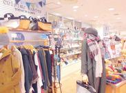<服装・髪型自由>私服+オリジナルの青ジャケットでお仕事★お店で扱うアクセサリーとも、コーディネートで楽しめます。