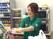 「300円のお返しです♪」明るい笑顔で接客中★ 「まずは私たちの横で袋詰めから始めましょう!!」byスタッフ
