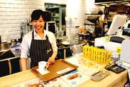 【本屋に併設されたオシャレCafe】 未経験の方、大歓迎!カフェ店員デビューにもぴったりです◎まずはお気軽にご応募くださいね♪