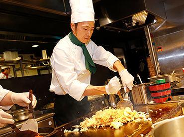 目の前でアツアツのお料理が出来上がる ライブキッチンも人気のヒミツ♪ 非日常的な楽しい空間で働きませんか(*^^)v