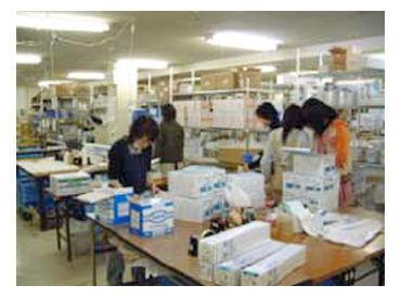 コチラの写真ではちょっと分かりづらいですが、男性スタッフも活躍しています!和気あいあいとした雰囲気の職場です^^