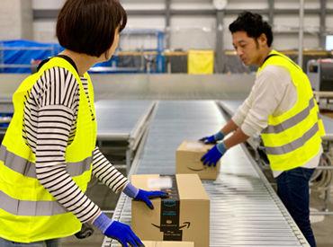 <お仕事の流れ> まずは、コンベアに流れてくる商品の入った段ボール箱を、それぞれ作業をするレーンに振り分けます。