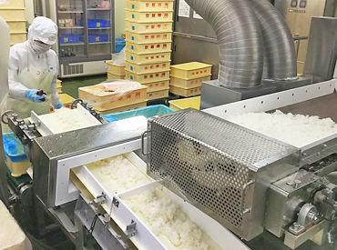 なんと…ベルトコンベアでお米が流れてくる! 自動でお弁当箱にお米が入ります◎