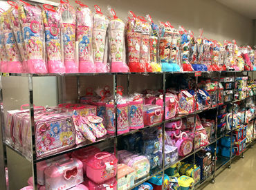 人気キャラクターのチョコやグミ、 子どもたちに大人気の遊べるお菓子など 楽しい商品を開発している会社です♪