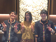 カプセルホテルとは思えないくらい、オシャレ&キレイ&快適!エントランスも素敵でしょ?私たちのカッコイイ制服、見てみて♪